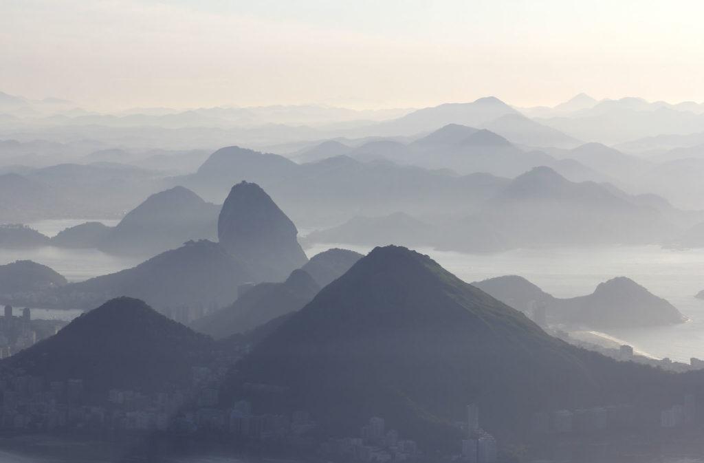 Amanhecer visto do cume da pedra da Gávea – RJ