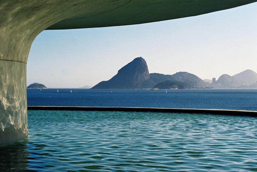 Por baixo do MAC – Museu de Arte Contemporânea – Niterói – RJ